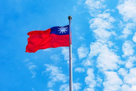 Taiwanesische Flagge hob den Schlag in den Wind mit blauem Himmel an Standard-Bild - 81054254
