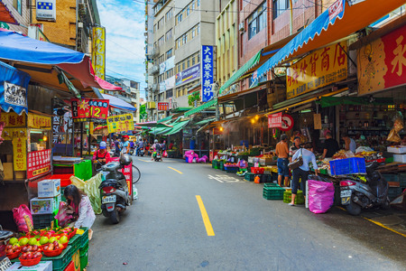 TAIPEI, TAIWAN - JULY 05: This is a view of Tamsui old street traditional shops and street vendors which is popular amongst local people on July 05, 2017 in Taipei 新聞圖片