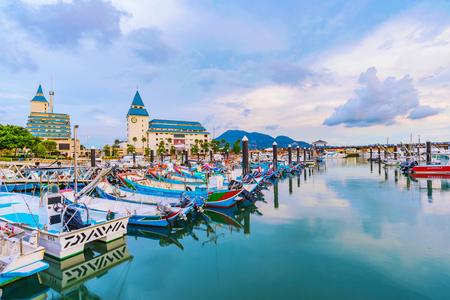 타이 페이, 대만 -7 월 5 일 : 많은 여행자 타이 페이에서 2017 년 7 월 5 일 영역의 경치를 볼에와 서 Tamsui 어부의 부두의보기입니다.