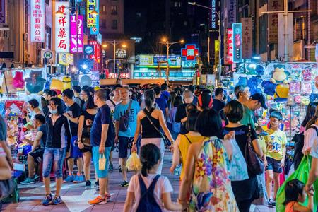 타이 페이, 대만 -7 월 14 일 : 이것은 닝샤 야시장 많은 로컬 거리 음식 판매 업체가 있으며 중산의 시내 지역에서 2017 년 7 월 14 일에 타이 페이에서 2017