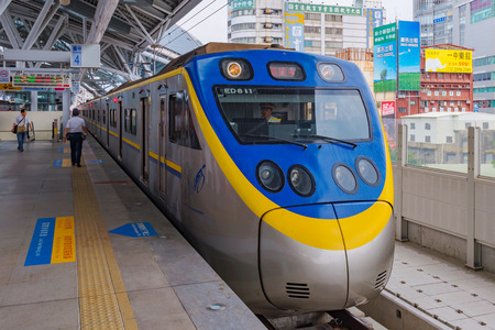 TAICHUNG, TAIWAN - JULY 19: This is a typical Taiwanese train stopped at Taichung main station waiting for passengers to board on July 19, 2017 in Taichung 新聞圖片