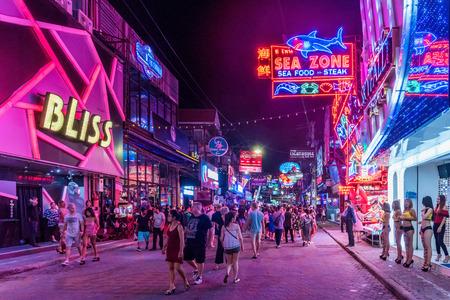 파타야, 태국 -8 월 7 : 이것은 많은 관광객 밤 클럽 및 바 파타야에서 2017 년 8 월 7 일에 방문하러와 유명한 붉은 빛 지구를 걷고 거리입니다