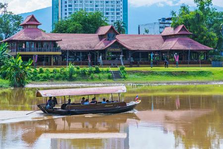 チェンマイ、タイ - 7月29日:これはチェンマイで有名なピン川沿いのツアーボートと川沿いの建物の眺めです 2017
