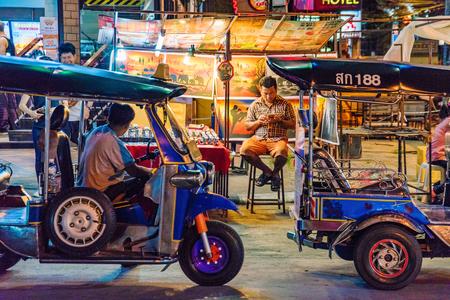 CHIANG MAI, 태국 -7 월 30 일 : 치앙마이에서 2011 년 7 월 30 일에 유명한 치앙마이 밤 바 자에서 백그라운드로 노점 tuk tuks의 야시장 거리 장면