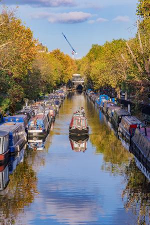 런던, 영국 -10 월 31 일 : 런던에서 2017 년 10 월 31 일에 Regents 운하 수로 따라 유명한 작은 베니스에서 보트 에디토리얼