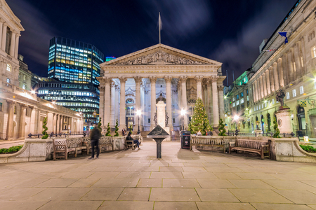 LONDON, UNITED KINGDOM - JANUARY: Night view of the Royal Exchange and bank of England in the Bank financial district area on January 05, 2018 in London Publikacyjne