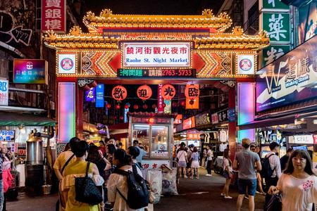 TAIPEI, TAIWAN - JUNI 19: Dit is de beroemde Raohe-straatnachtmarkt waar veel toeristen en de lokale bevolking beroemd eten proberen en gaan winkelen op 19 juni 2017 in Taipei