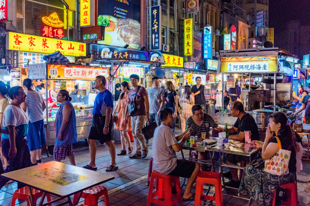 TAIPEI, TAIWAN - 14 juillet: c'est le marché de nuit de Ningxia, un célèbre marché de nuit qui a de nombreux vendeurs de rue et est situé dans le centre-ville de Zhongshan le 14 juillet 2017 à Taipei Éditoriale