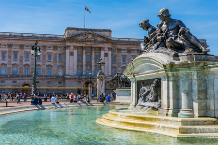 LONDON, UNITED KINGDOM - APRIL 18: This is a view of the exterior of Buckingham Palace, home to the queen and a famous travel destination on April 18, 2018 in London Редакционное