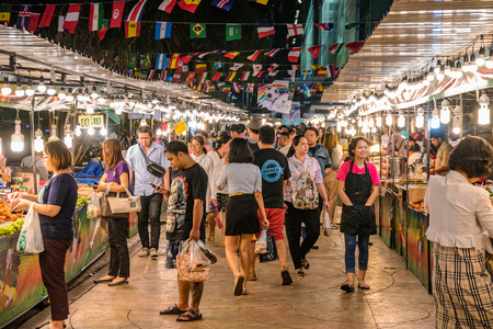 BANGKOK, Thailandia - 3 luglio: Questo è un mercato notturno locale nella zona di Praram 9 fuori dal centro commerciale di elettronica di Fortune Town il 3 luglio 2018 a Bangkok