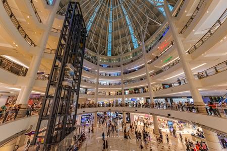 KUALA LUMPUR, MALAISIE - 21 JUILLET : Intérieur du centre commercial Suria KLCC, un célèbre centre commercial à la base des tours Petronas le 21 juillet 2018 à Kuala Lumpur Éditoriale