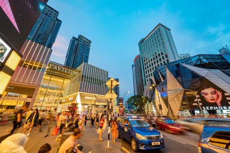 KUALA LUMPUR, MALASIA - 26 DE JULIO: Esta es una vista nocturna del centro comercial Pavilion, un famoso centro comercial de lujo ubicado en Bukit Bintang el 26 de julio de 2018 en Kuala Lumpur
