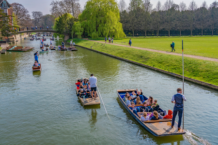 CAMBRIDGE, UNITED KINGDOM - APRIL 18: View of traditional Punt boats outside Trinity College on the River Cam on April 18, 2019 報道画像