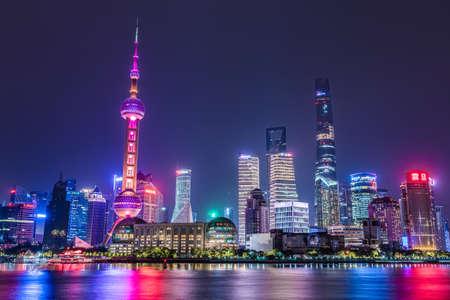 SHANGHAI, CHINE, LE 27 OCTOBRE : Vue nocturne du quartier finnacial de Pudong le long de la rivière des Perles le 27 octobre 2019 à Shanghai