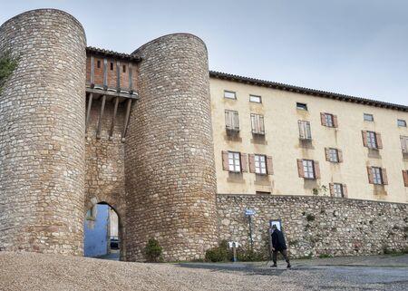 alava: Medieval door on the wall in Urizarra - Peacerrada, Basque country Editorial