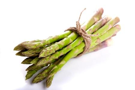 asperges: Geïsoleerde en liegen bos van asperges gebonden met een koord in een lus Refection in de grond Stockfoto