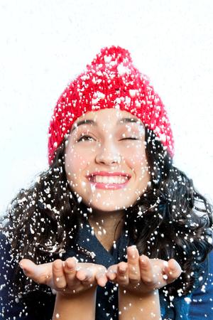 not open: Ragazza divertente e felice sotto una grande nevicata Lei quasi non pu� aprire gli occhi