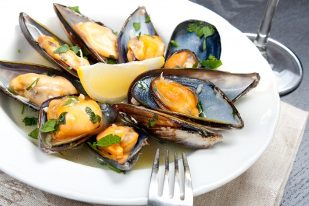 wine sauce: Mussels with white wine and parsley sauce with a glass of white wine