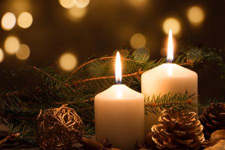 kerze: Weihnachtskerzen und Ornamente auf einem dunklen Hintergrund mit Lichtern