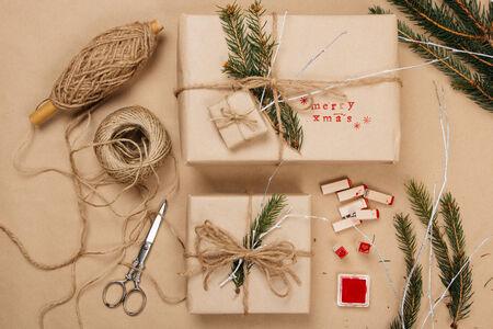 reciclar: Envolver eco paquetes de Navidad con papel de estraza, cuerdas, ramas de abeto natural y letras de imprenta