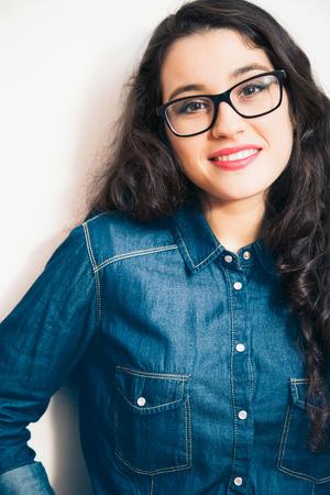 rimmed: Mujer joven con gafas de pasta negra y camisa denim