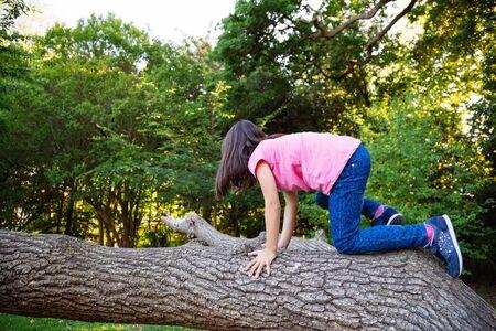 niño trepando: Muchacha que sube un viejo baúl falled
