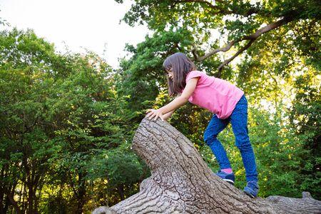 niño escalando: Chica lindo que sube un viejo baúl