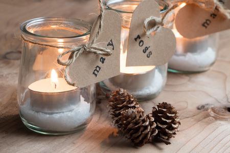 bougie coeur: Bougeoirs éco personnalisé avec des pots et des étiquettes en papier imprimées pour un dîner de Noël Banque d'images