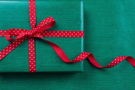 lunares rojos: Paquete de Navidad verde con rojo lunares cinta en el fondo de papel de regalo