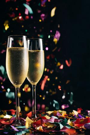 Due brillanti bicchieri di champagne ghiacciato e coriandoli che cadono Archivio Fotografico - 47071058