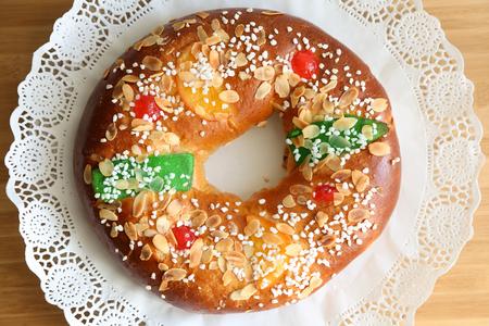 """""""Roscon de Reyes"""", Spanisch typisches Dessert von Epiphany Standard-Bild - 49216391"""