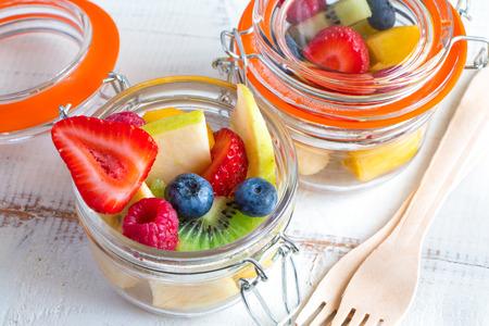 ensalada de frutas: ensalada de fruta fresca hermoso y colorido en pequeños tarros para llevar