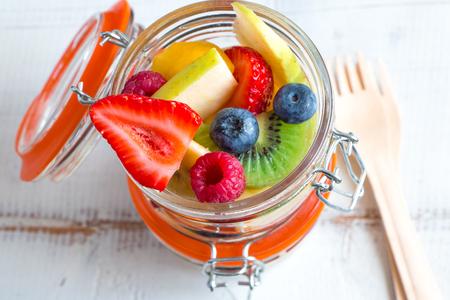 Schöne und bunte frischer Fruchtsalat in kleinen Gläsern zum Mitnehmen