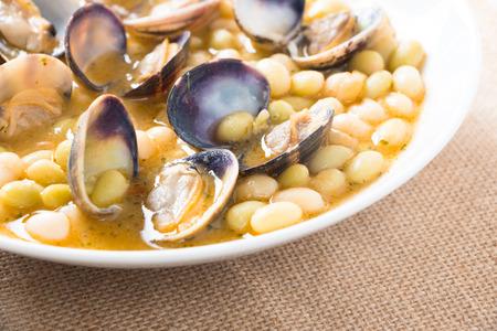 """leguminosas: Frijoles blancos """"pochas con almejas"""" es una receta tradicional en el País Vasco, España."""