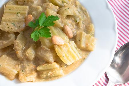 Gekookte distel met amandelsaus en peterselie