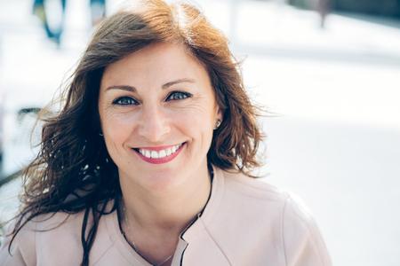 Portrait d'une femme d'affaires belle, heureuse et intelligente prenant une pause à l'extérieur Banque d'images - 78839477