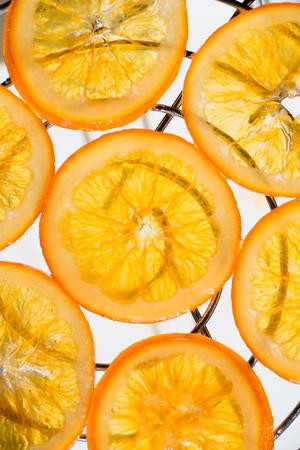 グリッドの滴る砂糖漬けのオレンジのスライス