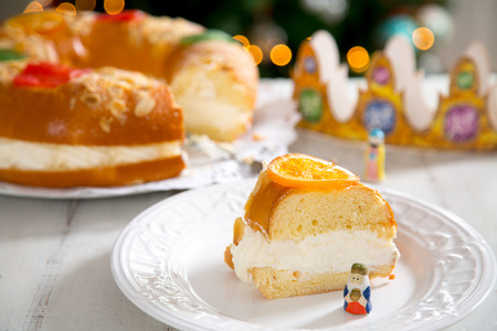 Roscon de reyes , Spanish typical dessert of Epiphany, with cream filling 版權商用圖片