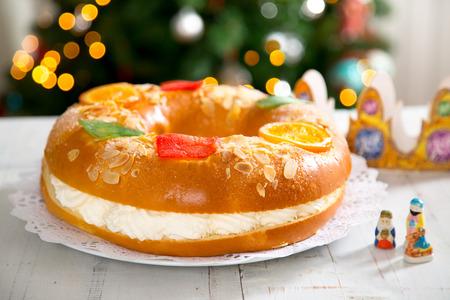 """""""Roscon de reyes"""", typisch Spaans dessert van Epiphany, met crèmevulling"""