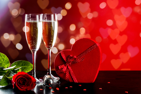Hintergrund der Valentinstagfeier mit Champagner, Rose, Herz formte Geschenk und rote Süßigkeiten. Standard-Bild - 92367703