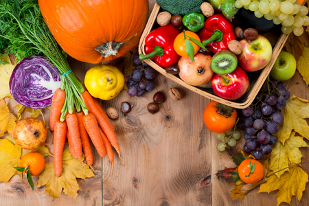 Assortment of fresh and ripe autumn vegetables and fruits on a rustic wooden table. Top view Stockfoto