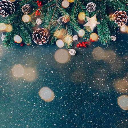 Fondo navideño con ramas de abeto, adornos naturales y luces efecto bokeh Foto de archivo