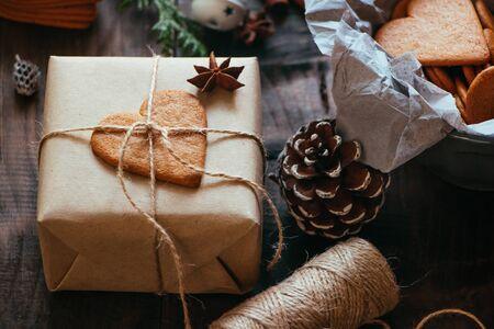 Cadeau de Noël rustique avec biscuit coeur en pain d'épice sur une table en bois Banque d'images