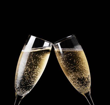 Zwei Gläser Champagner Toasten isoliert auf schwarz Standard-Bild
