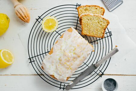 Glazed lemon pound cake loaf with poppy seed and lemon zest on a cooling rack. Top view Imagens - 147676024
