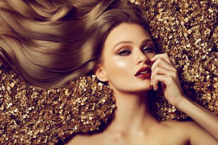 modelo hermosa: Muchacha hermosa cabello casta�o. El pelo largo saludable.