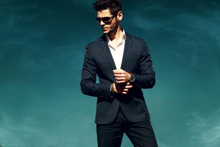 Elegante jonge knappe man. Man met een bril.