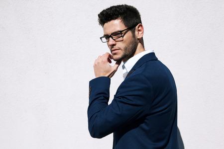 Jonge knappe man met mode brillen tegen neutrale achtergrond met veel ruimte kopie