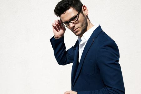 modelos hombres: Hombre vistiendo hermosos jovenes gafas de moda contra el fondo neutro con gran cantidad de espacio de la copia