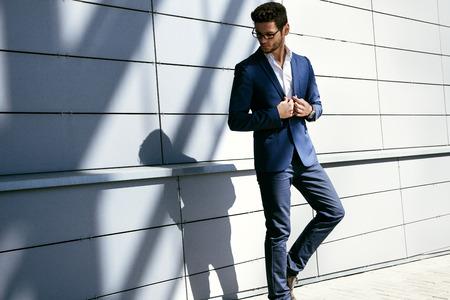 Wandelen zakenman. Elegante jonge knappe man draagt een bril en watchers.